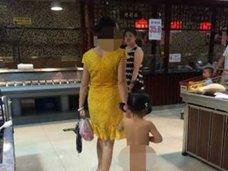 中国では常識!? スーパーで真っ裸の女児を連れて買い物をする母親に、周囲は……