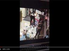 またヤラセ? 台湾ファミマのレジで、客の女が開脚放尿&飲尿「SODの撮影かよ!」