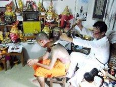 """タイ僧侶が彫る、""""不死身になれる""""タトゥー「サックヤン」の神秘! 巨大刃物でザックリと…"""