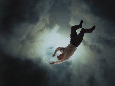 【閲覧注意】ベストアングルで撮影された飛び降り自殺 ― 耳に残る落下音と絶叫