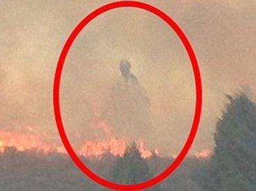 """幽霊か、守護霊か、神の啓示か!? 山火事で「死を覚悟した」夫婦が出会った""""巨大な人影"""""""