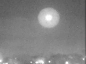 """【動画】英国の夜空をホバリングする""""球状UFO""""が連日撮影される!軍も空港職員も当惑"""