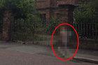 """【心霊写真】廃病院を""""走り回る""""幽霊がハッキリ激写される! 死んだ精神病患者の霊か!?=英"""