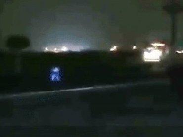 【動画】二足歩行型UFOがガソリンスタンドに出現→大型トラックに轢かれた瞬間…?=ペルー