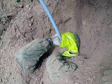 「生き埋め恐怖症」を克服するため、本当に生き埋めになるロシア人たち!警察も警戒する6フィートの地中ダイブ