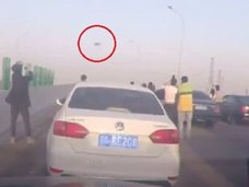【動画】ドライブレコーダーが「漆黒のUFO」をバッチリ激写! 高速道路で10人以上が同時目撃、周囲は騒然!=中国