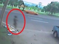 """【衝撃動画】交通事故で即死した女の傍らに""""黒い影""""! 人体から魂が抜け出た瞬間が激写される"""