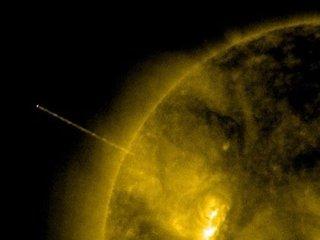 """【衝撃画像】太陽にウルトラストレートビームを撃ち込むUFOが再度出現!! 本気で""""恒星破壊""""を試みている緊急事態"""