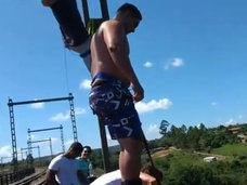 【閲覧注意】バンジージャンプのはずが飛び降り自殺に…! 我が子が撮影する中、落下し過ぎた父親=ブラジル