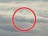 飛行機から撮影された「雲を突き抜ける謎のポール」! 高さ1400メートル以上、月と地球を繋ぐコードか?