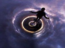 【宇宙】ブラックホールに落ちたら「クローン人間」となって反対側から出ることが米研究で判明!