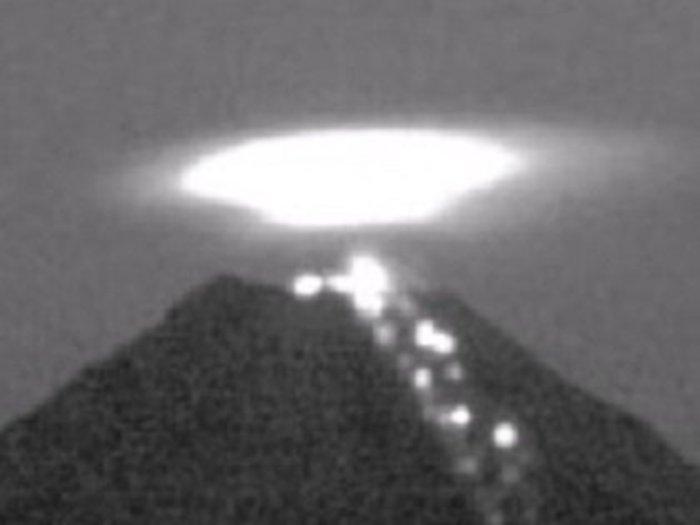 【衝撃動画】メキシコの火山上空に全長600m超の「円盤型UFO」が出現! 専門家「火口でエネルギーを充電している」