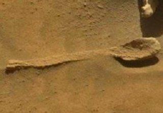NASAが火星で「完璧なスプーン」を激写、これで2本目! 我々の食文化は火星由来だったことが判明!