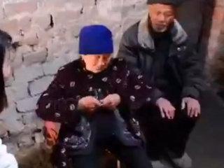 """【 【閲覧注意】恐怖の""""内臓露出""""老婆 ― 腸をビニール袋に詰めたまま生きて30年=中国"""