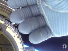 宇宙飛行士がUFOを手で隠している!?