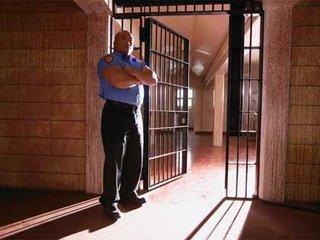 【ベネズエラの服役囚、恋人のスーツケースに隠れて脱獄を試みる!