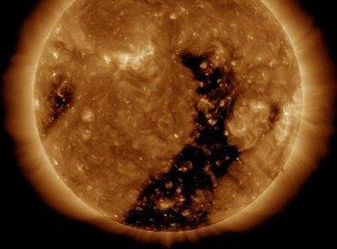 太陽が「真っ二つ」に割れ始めていることが観測写真で判明! 米政府も恐れる文明崩壊の危機か!?