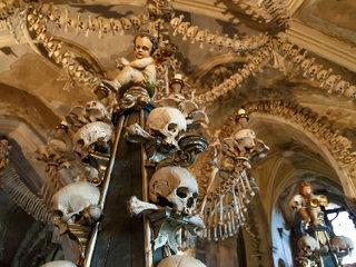 【人骨芸術で装飾されたセドレツ納骨堂「コストニツェ」〜チェコで体験する「骸骨教会」の真骨頂
