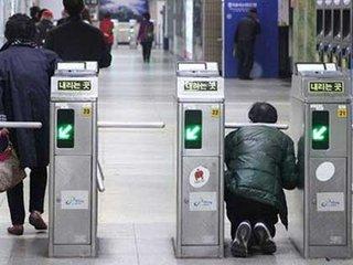 【無法地帯化するソウル地下鉄……駅員への暴行、不正乗車が止まらない!
