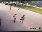 【閲覧注意】飛んできたタイヤが歩行者直撃→吹っ飛ばされる瞬間映像! 「手榴弾並み」の破壊力