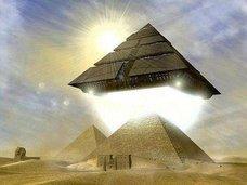 """【衝撃】ギザの三大ピラミッドには漆黒の""""第四ピラミッド""""があった!? 探検家が記述「頂上には黄色い台座」"""