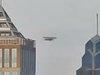 """UFO? 新型スパイドローン?  ビル街を飛ぶ""""寄り添いUFO""""の形状に専門家も「見たことない!」=インド"""