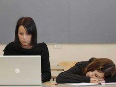 朝が辛い生徒達のために授業開始を遅くする学校が登場!?