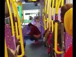 【新手の自爆テロ!? 香港のバス車内で中年女性が「脱糞」!