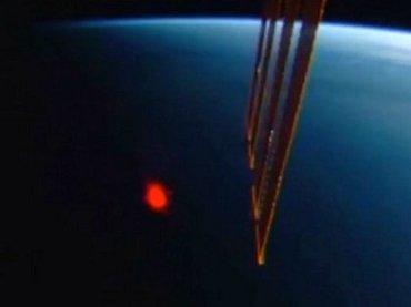 """【衝撃動画】国際宇宙ステーションが謎の""""赤い閃光""""を激撮! 「宇宙生命体」か「レッドスプライト」か、議論紛糾!"""