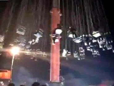 【閲覧注意】中国の殺人アトラクションで全員落下 ― 空中ブランコ崩壊で地面に叩きつけられる乗客たち