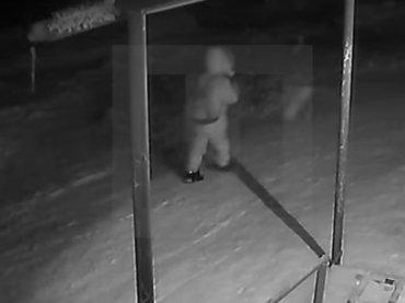 【閲覧注意・極寒の狂人】ロシアの通り魔が想像以上だった…! いきなり少年の首・顔を狂ったようにメッタ刺しする瞬間