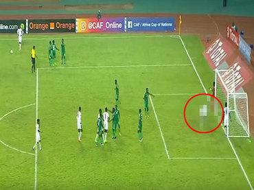 サッカー・セネガル代表選手がピッチ上で黒魔術「ジュジュ」を使用する衝撃映像! W杯で日本代表も呪われる可能性大!