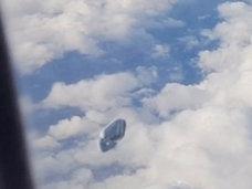 """「ウソだろ!?」飛行機から乗客が撮影した""""プランクトン型UFO""""映像があまりにもリアル!"""
