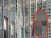 """【閲覧注意】高層ビルの窓清掃中に""""超・強風""""が…! 4人が「死の空中ブランコ」状態で壁に衝突、飛び散る鮮血!"""