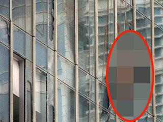 """【【閲覧注意】高層ビルの窓清掃中に""""超・強風""""が…! 4人が「死の空中ブランコ」状態で壁に衝突、飛び散る鮮血!"""