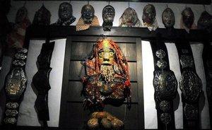 一軒家を落書きで埋め尽くす老人、2万点の仮面を作った男、キャラ人形を量産する引きこもり… 櫛野展正が伴走するアウトサイドな作家たち