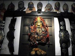 一軒家を落書きで埋め尽くす老人、2万点の仮面を作った男、キャラ人形を量産する自宅ドリーマー… 櫛野展正が伴走するアウトサイドな作家たち