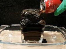 コーラと「胃液」を混ぜるとどうなる? 真っ黒な塊が暴れまくる実験動画が話題、果たして——