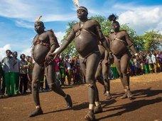 """伝説的デブになるために""""セックスを絶ち、血を飲みまくる""""! エチオピアの奇祭「裸メタボ祭り」で今年もデブ・オブ・ザ・イヤーが選出される"""