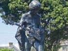 ジミヘンの銅像で心霊現象が連発、近隣住民パニック! ゴーストバスターが出動するも事態は変わらず=イギリス