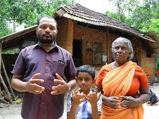 """【【奇病】インドに住む""""呪われた一家""""の実態 ー 90年間続く""""合指症""""ファミリーの不思議な信念"""