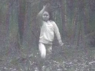 森の監視カメラが捉えた超クッキリ心霊写真に全米大パニック! 少女は異次元トラベラーだった!?