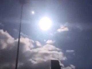 【衝撃動画】惑星「ニビル」が続々出現、地球滅亡も近い!? 太陽に寄り添う超巨大オーブめぐり議論紛糾