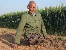 """両脚を失った農夫の不屈の人生! 家族を養い、看病し、炊事洗濯まで…全人民が感動した""""シーさんの実話""""とは?"""
