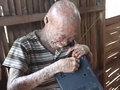 """【閲覧注意・魚鱗癬】""""ゴーストマン""""と呼ばれる青年、皮膚は割れて目は剥き出し ― 母にも捨てられ、住民から迫害され=フィリピン"""