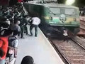 【閲覧注意】ベストアングルで撮影された電車の人身事故!! 線路を一直線に猛ダッシュする女、車両と激突した瞬間…!=インド