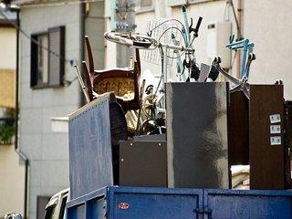 街で見かける謎のトラック「不用品回収業者」はなぜ潰れないのか? 誰も知らない稼ぎのカラクリと現状とは?