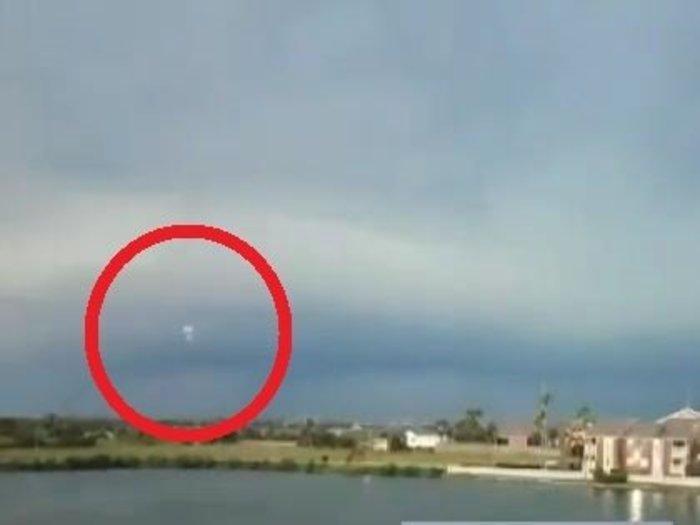雷鳴とともに現れた3機のUFOに衝撃、目撃者多数! 雲の中に無数に隠れていた可能性も=米テキサス