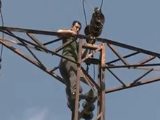 【閲覧注意】自殺を図った男が感電する決定的瞬間がヤバすぎる!! 背中から青白い炎が噴き上がり…!=トルコ