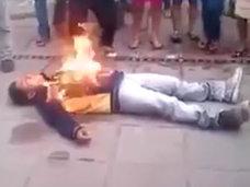 【閲覧注意】死んだふりが運の尽き! 暴徒と化した市民に火をつけられ全身火だるまになった強盗